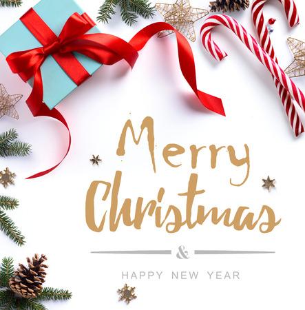 kerstcadeau, dennenboom takken en Kerst versiering op een witte achtergrond. Plat, bovenaanzicht Stockfoto