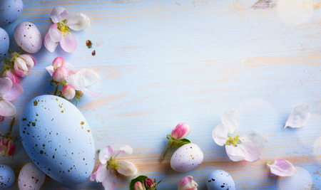 Easter background with Easter eggs and spring flowers. Top view with copy space Standard-Bild