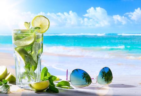열대 여름 휴가; 열대 해변 배경에 이국적인 음료를 흐려 스톡 콘텐츠