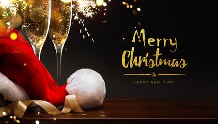 メリークリスマスと幸せな新年;シャンパンとサンタの帽子