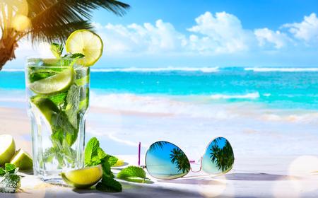 여름 열 대 해변 와인 바; 모 히 토 칵테일 음료