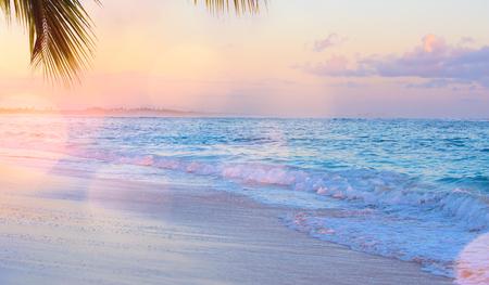 Kunst schönen Sonnenaufgang über dem tropischen Strand Standard-Bild - 95076463