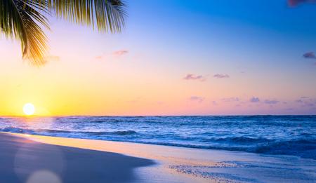 Art Beautiful-Sonnenuntergang über dem tropischen Strand
