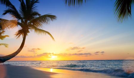Kunst Sommerferien drims; Schöner Sonnenuntergang über dem tropischen Strand