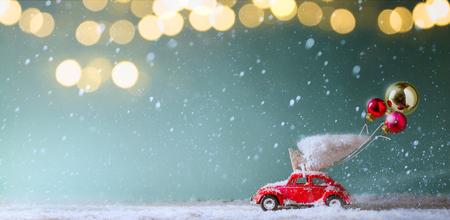 Tarjeta de invitación de Navidad; Árbol de Navidad en coche de juguete, regalo de Navidad y adorno navideño;