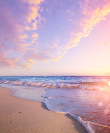 Priorità bassa della spiaggia di estate - bella sabbia e mare e luce solare Archivio Fotografico