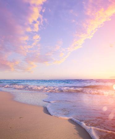 Sommerstrand-Hintergrund - schöner Sand und Meer und Sonnenlicht And Standard-Bild