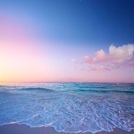 Arte Hermoso amanecer sobre la playa tropical; vacaciones de verano paradisíacas