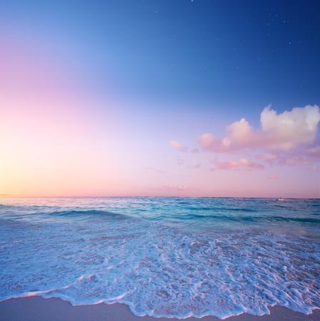 Kunst Schöner Sonnenaufgang über dem tropischen Strand; Paradies Sommerurlaub