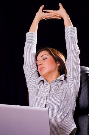 sleeplessness: la donna giovane stanco da lavoro e desidera dormire