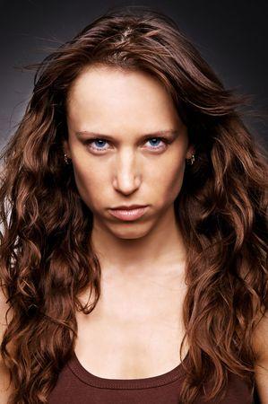 gaze: mooie vrouw met een blik tegen de donkere achtergrond Stockfoto