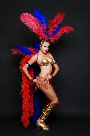 gogo girl: sexy dancer posiert vor einem dunklen Hintergrund