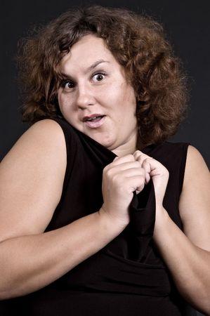 astonishment: Pretty Woman enorme sorpresa en m�s de fondo oscuro Foto de archivo
