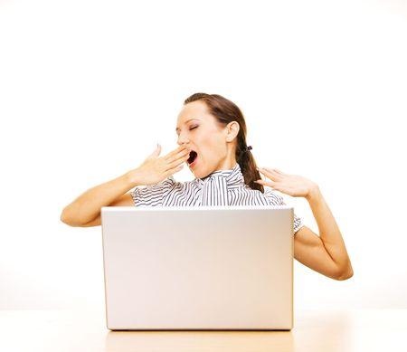 müdigkeit: Gesch�ftsfrau m�de g�hnend auf ihrem Arbeitsplatz