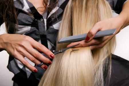 closeup di parrucchiere facendo scarto