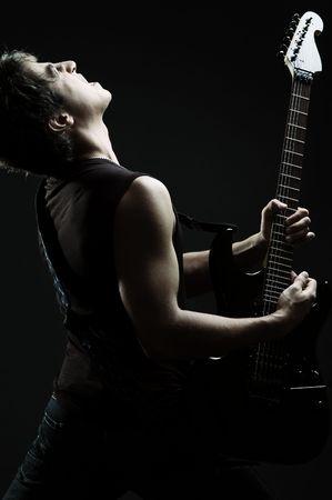 rock hand: giovane cantante nelle tenebre