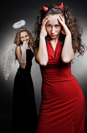 teufel engel: Engel und Teufel in einem dunklen Hintergrund