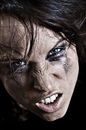 dientes sucios: profesionalmente retocado retrato de una mujer enojada