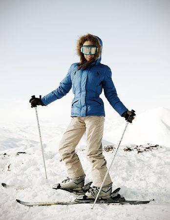 skieer: portret van aantrekkelijke skiër op de sneeuw