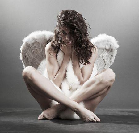 angel hair: hermoso desnudo �ngel blanco con pieles m�s oscuras de fondo