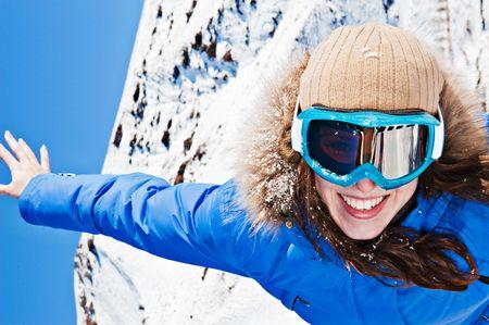 ski�r: gelukkig jonge vrouw op ski zonnebril