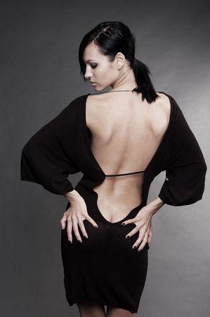 fesses black: belle femme sexy en robe du soir contre le fond sombre Banque d'images