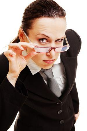 nieuwsgierig zakenvrouw bedrijf haar bril tegen de donkere achtergrond Stockfoto