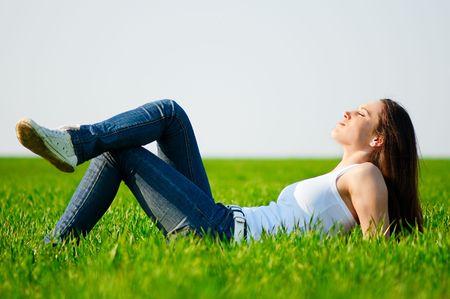 unconcerned: hermosa ni�a de mentir en la hierba verde