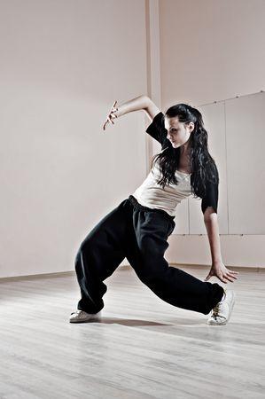 atractivo breakdancer en movimiento. foto en el estudio de danza