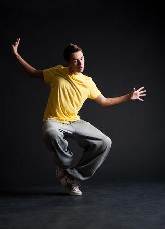 rowdy: cool emocional B-boy dancing contra el fondo oscuro Foto de archivo