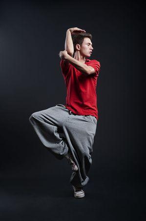 rowdy: hip-hop en el tipo RED T-shirt baile contra el fondo oscuro