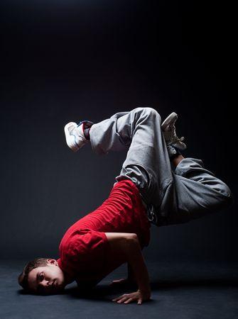 rowdy: hip-hop tipo parado en la congelaci�n contra el fondo oscuro