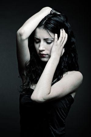 faccia disperata: Ritratto di donna triste su sfondo scuro Archivio Fotografico