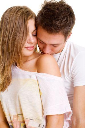 intymno: Młody człowiek całuje dziewczynę w ramię. wyizolowanych na białym