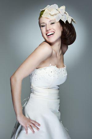Portret van gelukkige mooie bride tegen grijze achtergrond