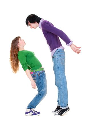 uomo alto: Tall uomo e donna breve. isolato su sfondo bianco
