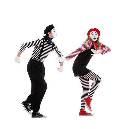 pantomima: Retrato divertido de mimos. hombre desea beso de la mujer, pero la mujer escapar. aislados en blanco Foto de archivo