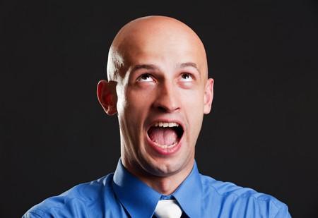 homme chauve: Portrait de hurlant man Pygargue � t�te blanche sur fond noir