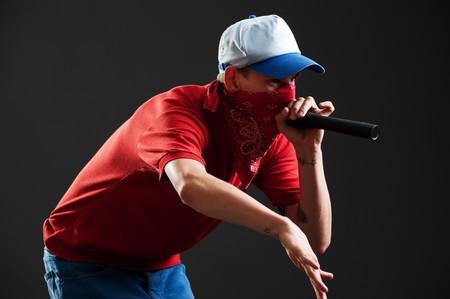 rapero: Retrato del rapero con micr�fono sobre fondo negro  Foto de archivo