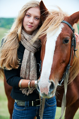 femme et cheval: portrait en plein air de la jeune femme belle avec cheval