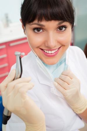 dentist s office: Portret piÄ™kne lekarza z instrumentu dentystycznego przez
