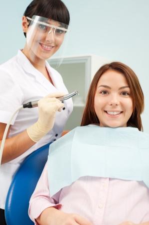 higiene bucal: Retrato de m�dico y el paciente en Oficina del dentista