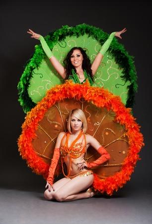 gogo girl: zwei Tänzern in Bühne Kostüme gegenüber dem dunklen Hintergrund
