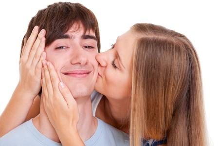 young couple kiss: Retrato de la feliz pareja de enamorados. aislados en blanco