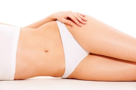 cellulite: cuerpo de la mujer hermosa en ropa interior blanco  Foto de archivo