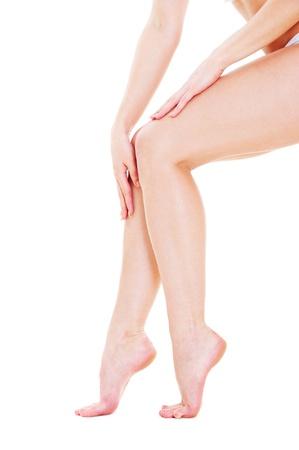 pies sexis: de hermosa mujer piernas y manos sobre fondo blanco  Foto de archivo