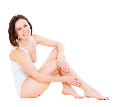 benen: aantrekkelijke smiley jonge vrouw in wit ondergoed