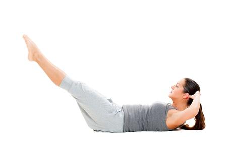abdomen fitness: Joven mujer haciendo ejercicios para los m�sculos abdominales. aisladas sobre fondo blanco