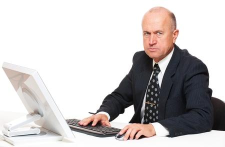 earnest: hombre de negocios serio alto sentado en el lugar de trabajo