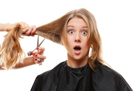 peluquerias: mujer sorprendida con el pelo largo y tijeras. aislado sobre fondo blanco